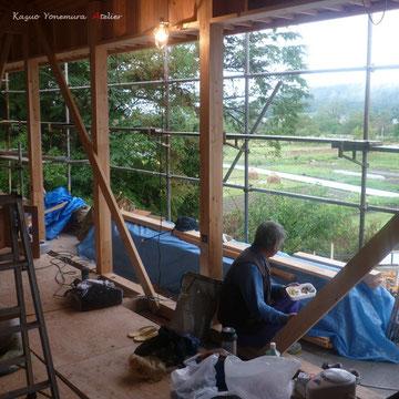 10月22日.食事中の大工さん、リビングからの景色がイメージできます.