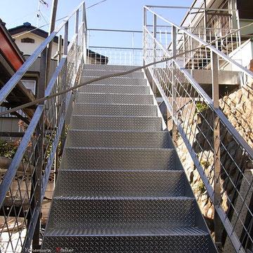 A棟、B棟をつなぐ階段の施工.高齢者の使用,子供の使用も考慮したデザイン、形状にしています.