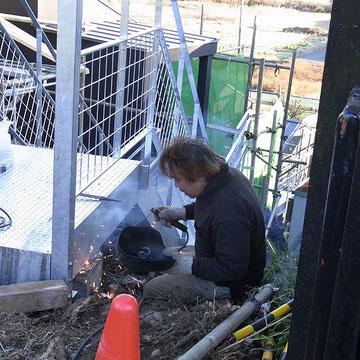 最上段の道路からB棟をつなぐ階段の施工.手摺を施工しているところです.12月26日.