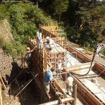 コンクリート打設状況.台風直撃にも耐える型枠に守られてコンクリートが打ち込まれていきます.