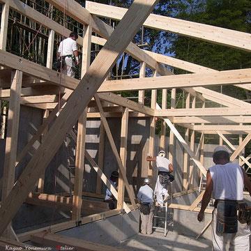 10月9日B棟の上棟です.崖側のコンクリート壁の内側に木造軸組を入れる設計となっています.