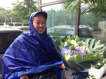 雨の日も風の日も、雪の日も台風の日も、休まずに大切な花達をお客様の元に届けてくれるバイク便のお兄さん。初めて店を出した頃から10年の付き合いに。