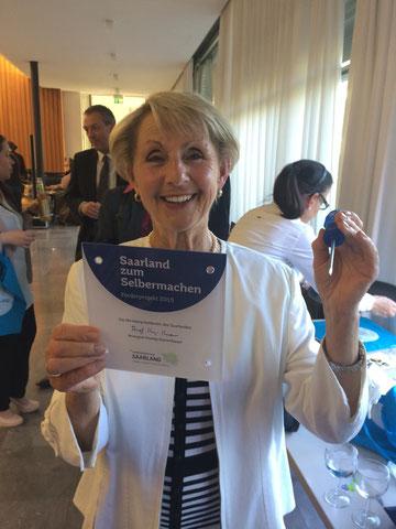 Helga Ehretsmann mit dem Geschenk der Ministerpräsidentin – diese schöne Tafel werden wir an einem unserer Taubenschläge anbringen