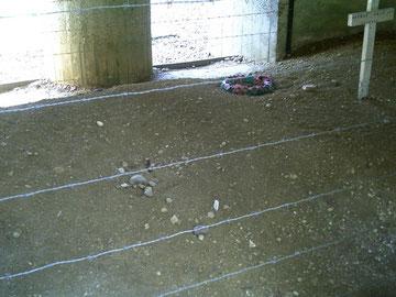 Hier noch zu erkennen - die Reste eines Karabiners, der aus dem Boden herausschaut
