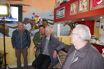 Dieue-sur-Meuse - hier war die Dorfkneipe der Drehort. Von links: Stephan Klink, Marcus Massing, Karle Mönch und sein Begleiter