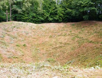 Krater hinter dem Monument - 50 Meter Durchmesser und 10,50 Tiefe