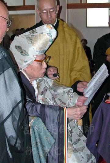 平成15年、地方巡錫にて香語を述べられる宮崎奕保禅師     (撮影・東川寺)