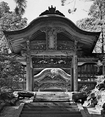 再建新築された承陽門・絵葉書(東川寺所蔵)