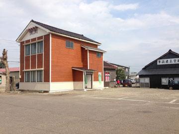 旧百間町駅舎跡付近より現存施設を見る。 旧車庫(右)と、2013年秋にリニューアルした頸城鉄道旧本社(左)