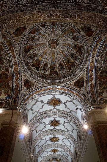 Photographie, Espagne, Andalousie, église, Christ en croix, cierges, dolorisme, baroque, art religieux, fresques, coupoles, couleurs, Mathieu Guillochon.