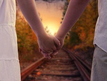 Menschen wünschen sich Liebe. Probleme in Beziehungen zeigen aber auch, ob du die Liebe in dir selbst schon zulassen kannst.