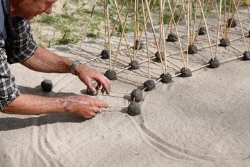 Hama Lohrmann arbeitet mit Lehm und Reet