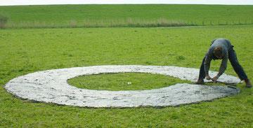 Hans-Martin Lohrmann hat Schlick aus dem Elbufer zu einem Ring gebaut (Foto: J.Petersen)