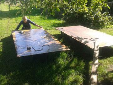 Große Stahlplatten müssen vorbereitet werden (Foto: Kai Biebricher)