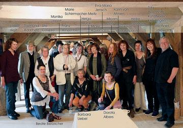 17 von 37 Künstlerinnen und Künstlern hier auf der Vernissage (Foto: Norbert Nowak)