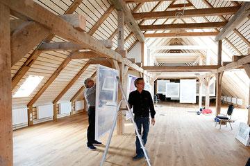 ...hier hängen noch weitere Arbeiten von Georges Wenger im Dachgeschoß