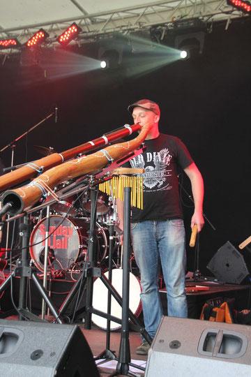 Martin alias Akusdix in seinem Element: mit Didgeridoo auf einer Bühne