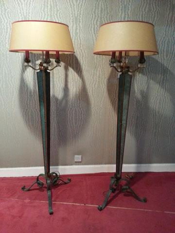 Genet et Michon Paire de lampadaires en fer forgé patiné vers 1940