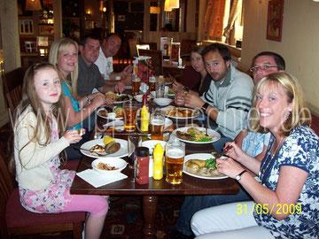 Gemeinsames Abendessen mit den Familien Black und Elstob