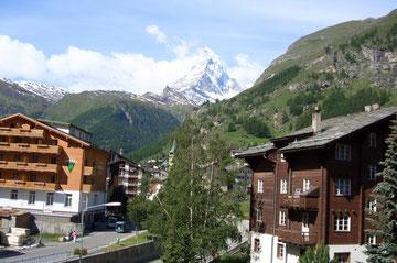 Ausfahrt aus Zermatt, in der Bildmitte, das Matterhorn