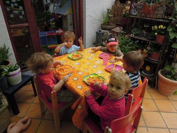 Es macht den Kindern große Freude,im Garten zu essen!