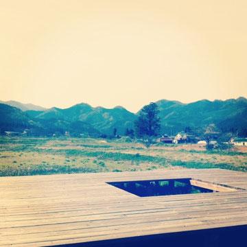 じゃーん!ここです^^新緑の山々がぐるっと見渡せるぜいたくな場所でのお茶っこは最高ですよ〜♬