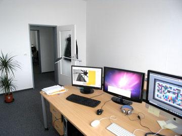 これが私のオフィス。8帖くらいの1人部屋。エライから1人とかいうのでなく、たまたま1人部屋なだけでペーペー社員です