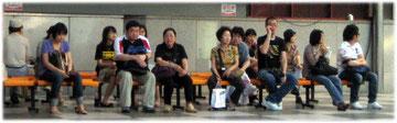 Picture of Koreans waiting and resting. Bild von Südkoreanern wartend und sich ausruhend.