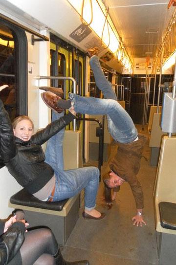 Jessi und Annelie in einer Hannoveraner Straßenbahn