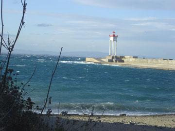 phare métalique de la jetée construit en 1869. Portée 11 nautiques (20 kms)