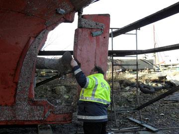 Werftaufenthalt 2012 Kontrolle durch die Seeberufsgenossenschaft. Auch die Arbeit auf der Werft wird größtenteils durch Vereinsmitglieder ausgeführt
