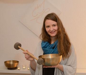 Klangpädagogin Martina Schlecht in ihrem Klangmassageraum