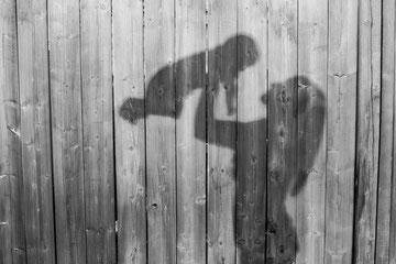 抱っこをする女性のシルエット画像