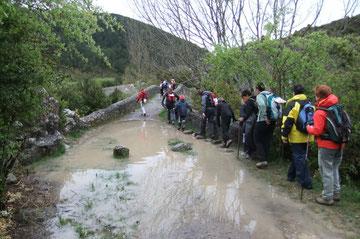 Cohue de randonneurs au Puente de la Torre sur le Camino de Santiago