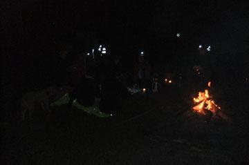 Vers 6h, un feu de camp est allumé pour une pose déjeuner sur la prochaine aire de pesage des poids-lourds, juste avant le défilé d'Escot.