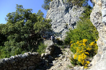 Les murettes du Camino se faufilent entre les barres rocheuses