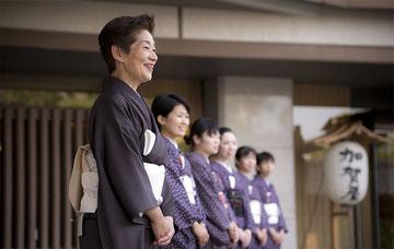 おもてなし文化:「感情労働」を強いられる日本の従業員