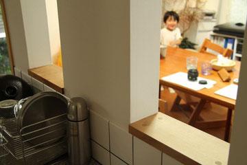 シンク横にある小窓からも子どもたちの様子を伺えます。