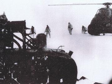 Un grupo del SAS acude al rescate de uno de los Wessex siniestrados tras un accidente operacional en el glaciar Fortuna.