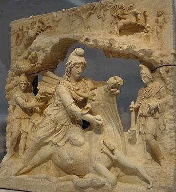Mithra : divinité indo-iranienne des anciens Perses, dieu bienveillant qui protège la justice, associé à la Lumière et à la Vérité, assimilé au soleil. Le culte de Mithra est bien implanté chez les soldats romains. Culte à mystères. Apogée IIIe siècle.
