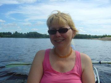 Наташа радуется солнышку