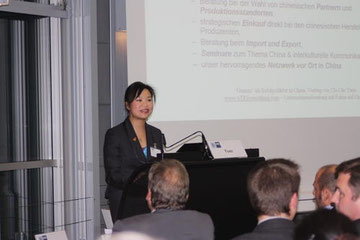 "Chi Che Yuen presenting a lecture on ""Guanxi"" at IHK Hannover"