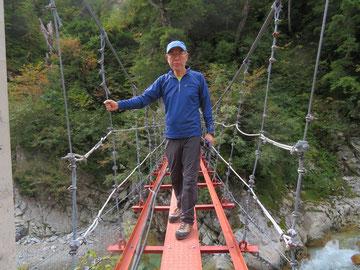 薬師沢小屋の吊り橋