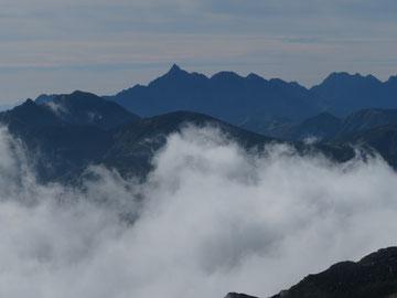 遠くに槍ヶ岳・穂高連峰を望む