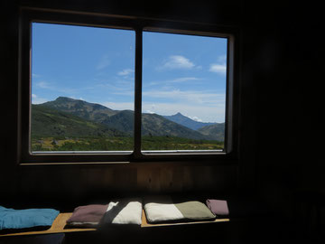 窓越しに黒部五郎岳(左)・笠ヶ岳(右)を望む