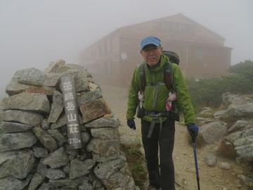 濃霧と強風の中、薬師岳山荘に到着