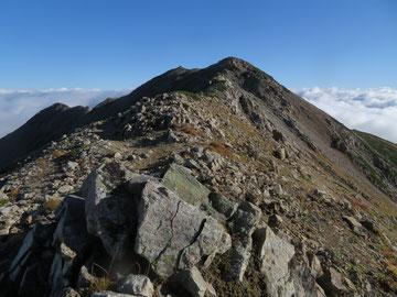 薬師岳山頂(中央奥)が見えてきた