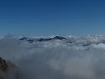 立山連峰(中央)と劔岳(左)