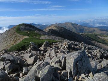 登って来た登山道を望む