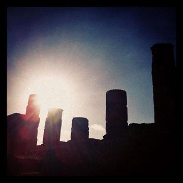 神殿の柱に落ちる夕陽。